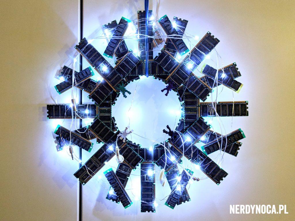 Okrągły stroik świąteczny wykonany z kości pamięci.