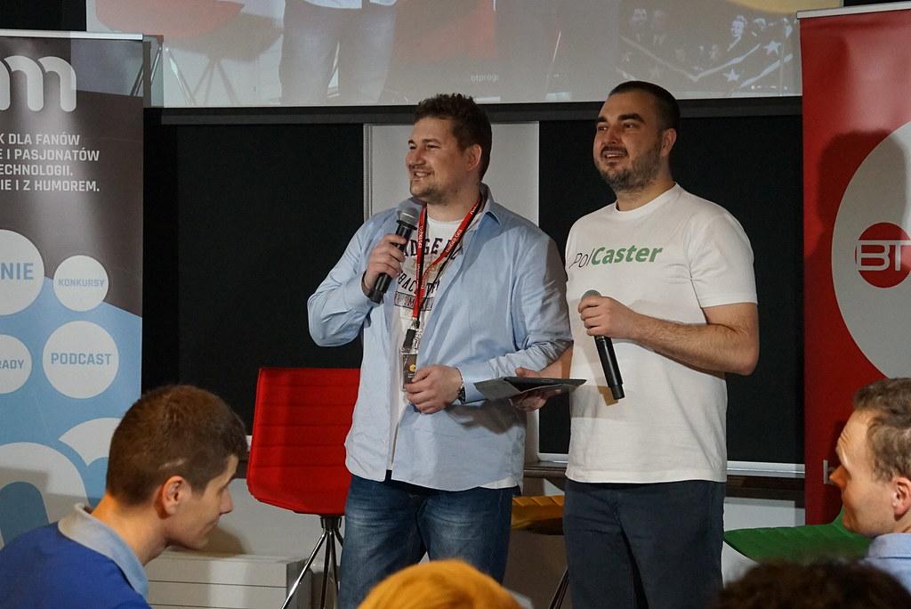 Wojtek Mech i Paweł Przybyszewski przemawiają do publiczności.
