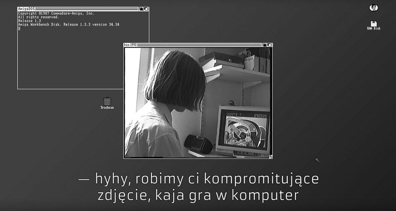 """Screenshot filmu, Kaja gra w pinballa. Podpis: """"Hyhy, robimy ci kompromitujące zdjęcie, Kaja gra w komputer""""."""