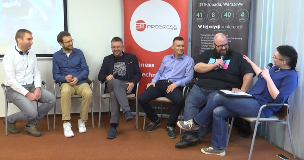 Sześcioro panelistów, śmieją się. Przy mikrofonach Piotr Kuldanek i Kaja Mikoszewska.