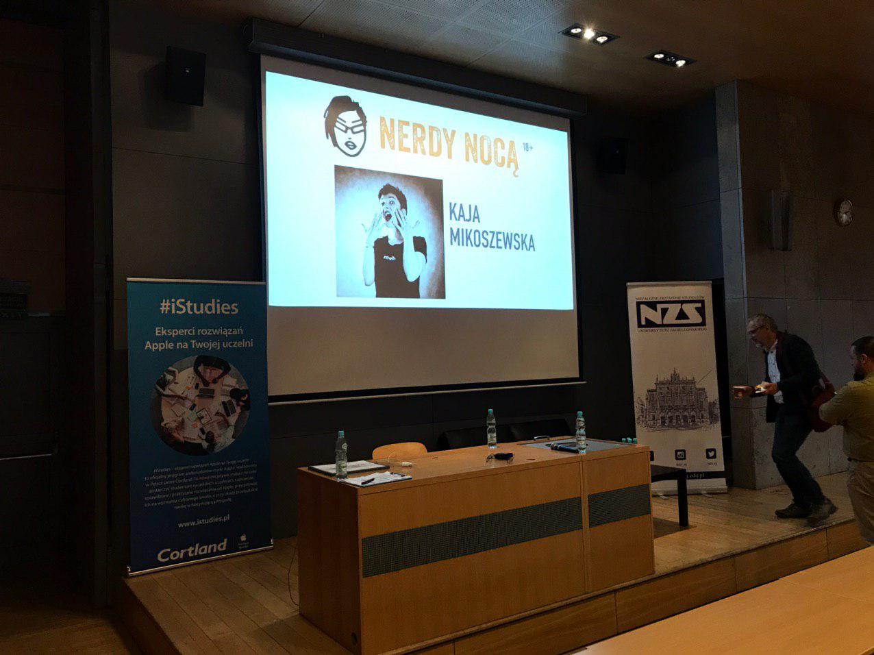 Ekran z prezentacji, na nim logo Nerdów Nocą i zdjęcie Kaji.